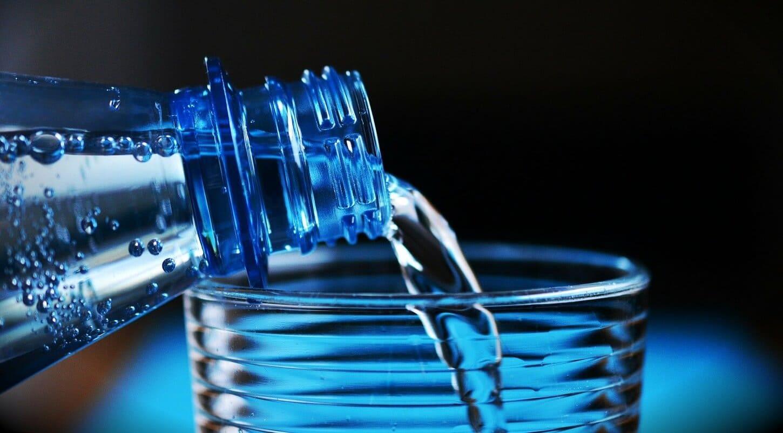 botellas de agua y bebidas energeticas